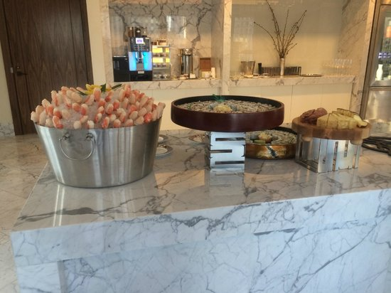 The Langham, Chicago: Crab claws and sushi in the club lounge