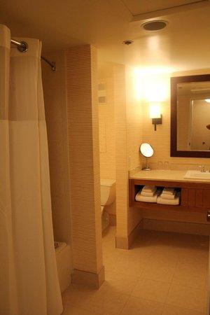 Tropicana Las Vegas - A DoubleTree by Hilton Hotel : bathroom