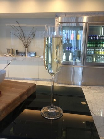 The Langham, Chicago : More bubbles from the Club Lounge