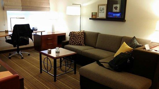 Residence Inn Bismarck North: Sitting area and desk