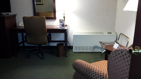 Drury Inn St. Louis at Union Station : recliner and desk