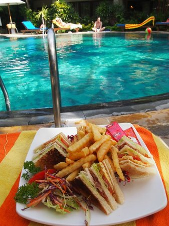 Parigata Resort & Spa : プールサイドでparigataクラブハウスサンド