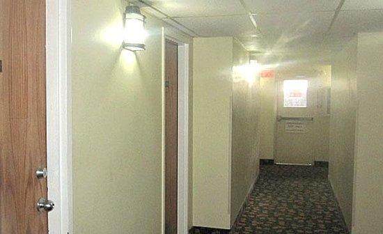 Lido Motel: Hall