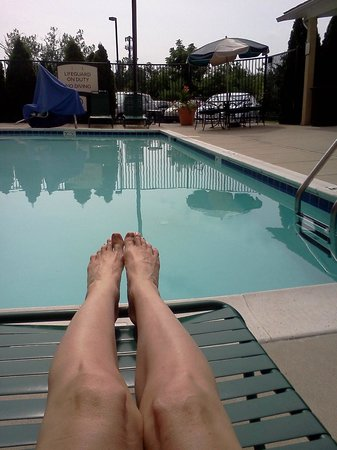 Staybridge Suites Baltimore BWI Airport: lounging by the pool