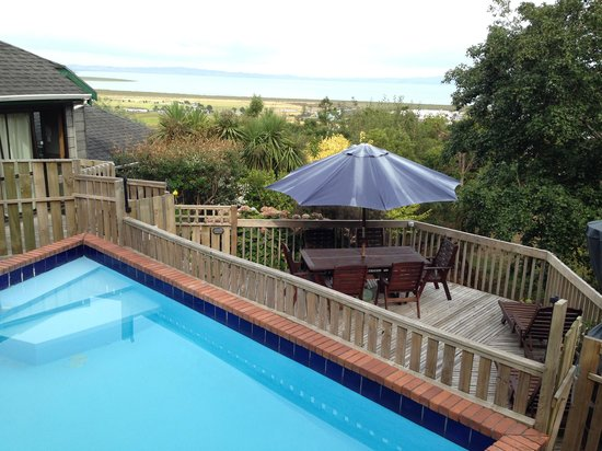Grafton Cottage and Chalets: Pool area