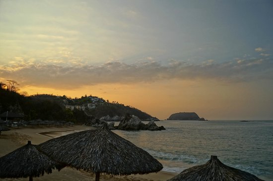 Dreams Huatulco Resort & Spa: Beach in the morning