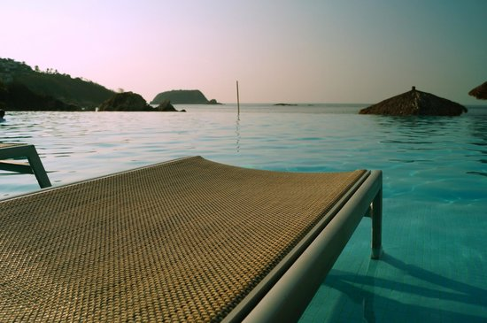 Dreams Huatulco Resort & Spa: Pool and pool chair