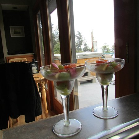 Olympic View Bed and Breakfast Cottage: Daily fresh fruit