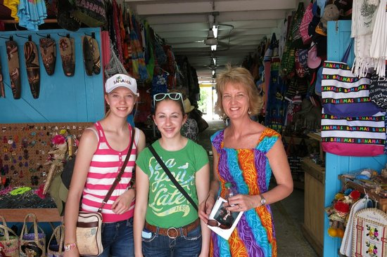 The Bahamas' Arts and Straw Market : Shopping the market!