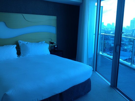 Hilton Surfers Paradise: King relaxation suite bed
