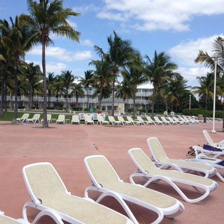 Grand Lucayan, Bahamas: No need for towels to save your seat!  This is 11AM.