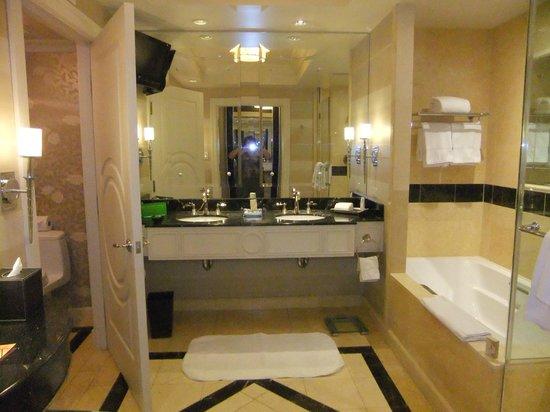 The Palazzo Resort Hotel Casino: Wonderfully spacious washroom