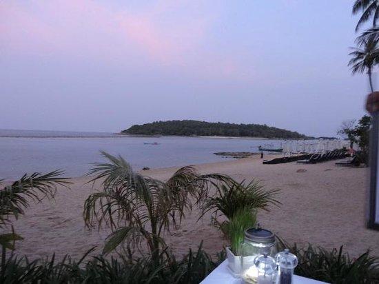 Anantara Lawana Koh Samui Resort: beach in front of the hotel