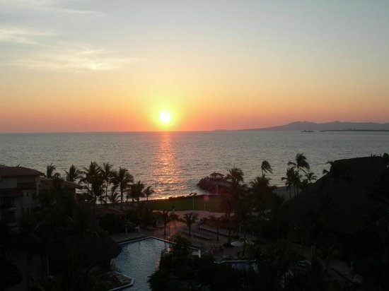 Sheraton Buganvilias Resort & Convention Center: Sunset from a room in the tower