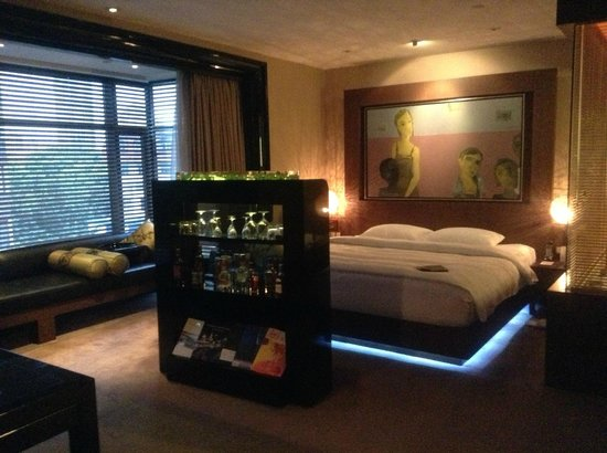 Pudi Boutique Hotel: Bed and long sofa by the window