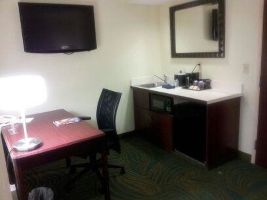 SpringHill Suites St. Louis Chesterfield: RM 335 Kitchen and Work Area