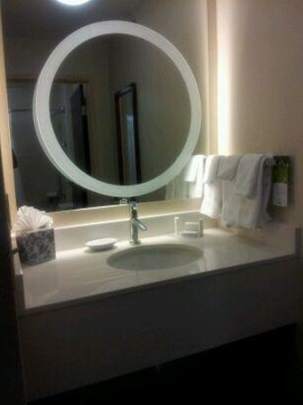 SpringHill Suites St. Louis Chesterfield : RM 335 Sink Separate from Bathroom