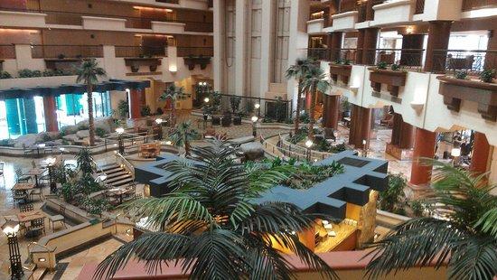 Hilton Phoenix Suites: Atrium
