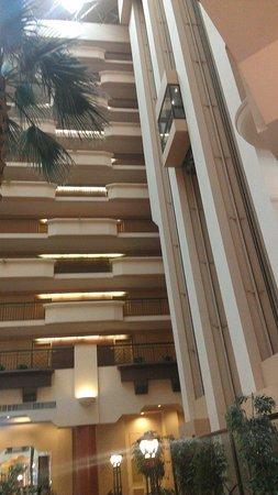 Hilton Phoenix Suites: Elevators