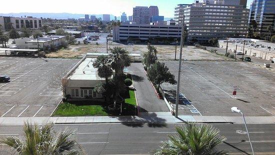 Hilton Phoenix Suites: View towards Downtown