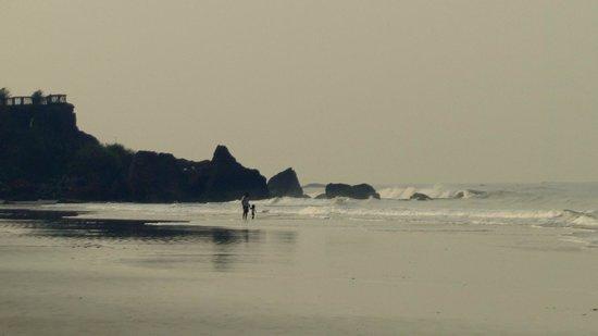 Payyambalam Beach: early morning walkers