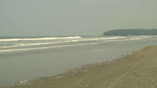 Muzhappilangad Drive-in Beach: The waves continue to lash the coastline