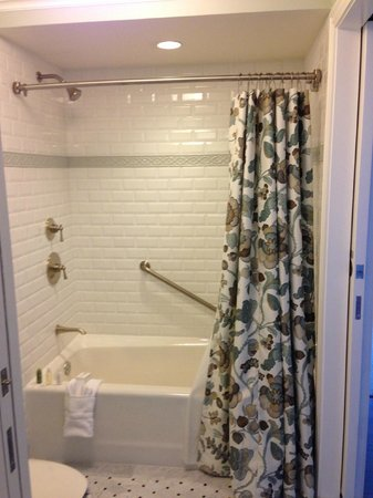 Disney's Grand Floridian Resort & Spa : Bath and shower combo