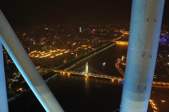 Canton Tower : Den enda bra vinkel som man kan foto neråt