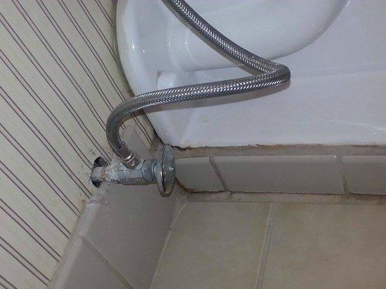 Crowne Plaza Hotel Cleveland South - Independence: rusted plumbing and stains around toilet in bathroom