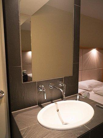 Hotel Daniel Graz: 洗面台は高い位置にあります。