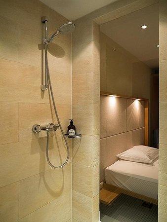 Hotel Daniel: 開放感のあるシャワールーム