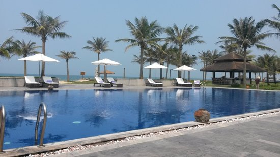 Ana Mandara Hue Beach Resort: busy day a the pool.