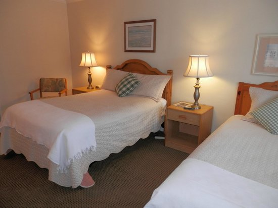 Villa Franca Inn: Room with double bed and twin bed