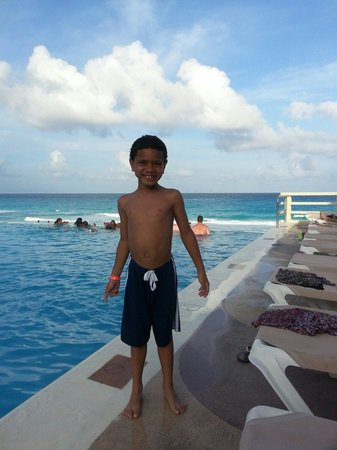 Crown Paradise Club Cancun: Poolside side