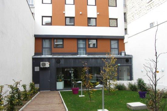 Ibis Styles Paris Porte D'orleans: Vers le bâtiment principal