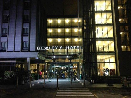 Clayton Hotel Dublin Airport: Bewley's Dublin Airport Hotel Entrance