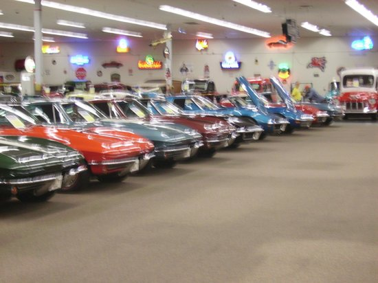 Muscle Car City Museum: Vettes...
