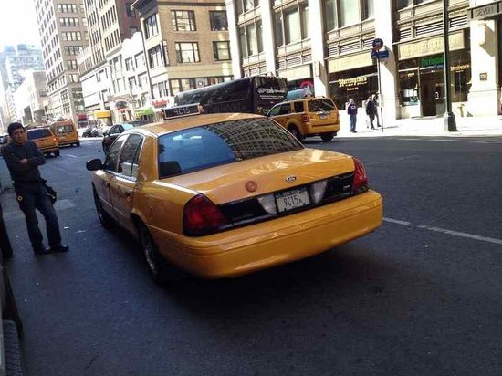 Manhattan NYC–an Affinia hotel : La entrada del hotel está en pleno Midtown
