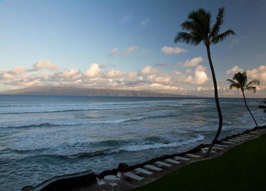 Kaleialoha Condominiums: Evening view from lanai towards Molokai