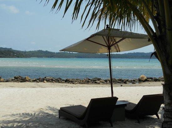 Away Koh Kood: นั่งชิวริมหาด