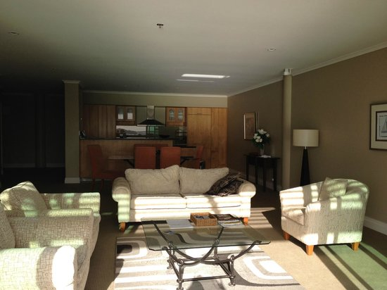 Auckland Waterfront Serviced Apartments : Lounge/kitchen from Balcony