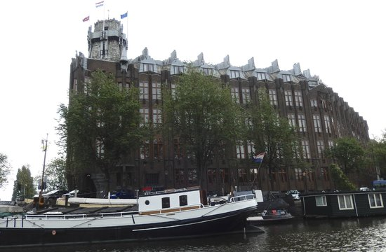 Grand Hotel Amrath Amsterdam: View of the hotel from the canal