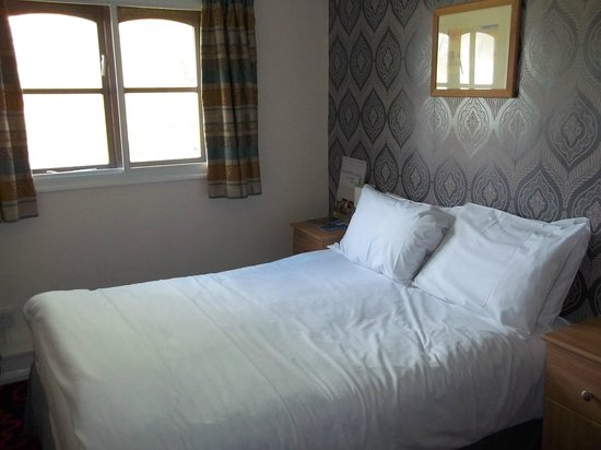 Old Ferry Boat Inn : Comfortable bed and cramped room