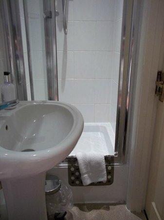 Old Ferry Boat Inn: Very cramped bathroom