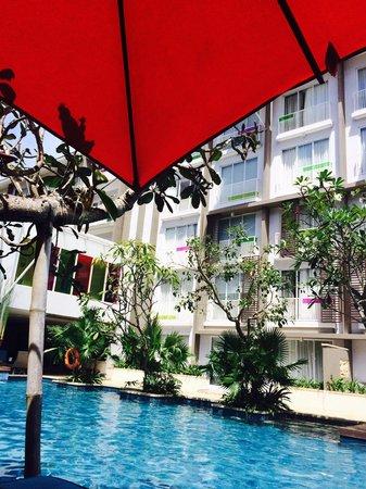Ibis Styles Bali Benoa: У бассейна