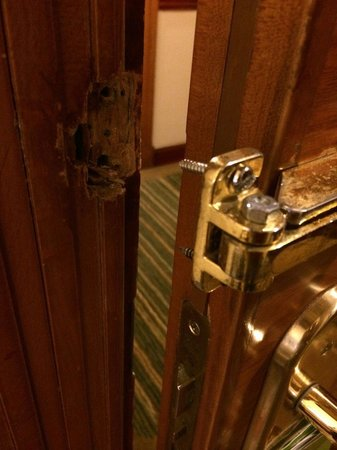 Holiday Inn Downtown Dubai : The latch was broken off my door, seems like for a long time. I reported it, no one ever came to