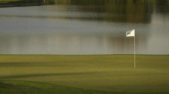 Golf & Country Club Gut Altentann: Grün 6 viel Sand und viel Wasser
