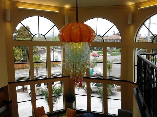 Fairfield Inn & Suites Santa Cruz - Capitola: Front entrance chandelier