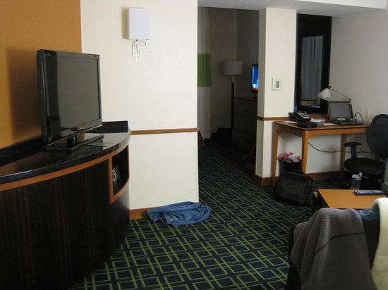 Fairfield Inn & Suites Santa Cruz - Capitola: Sitting area with TV, desk, and sofa bed