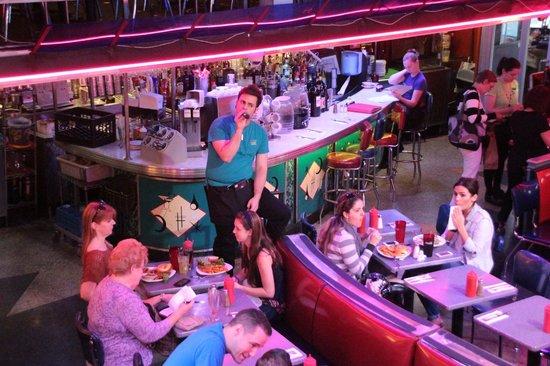 Ellen's Stardust Diner : Singing waiter